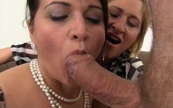 Zwei noble Damen nehmen den Mund voll