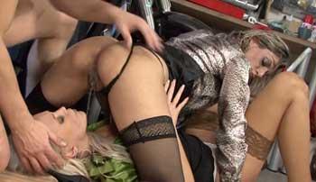 Zwei Blondinen in der Werkstatt vollgepisst