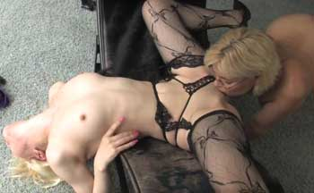 Deutsche blonde Hausfrauen in Lesben Action