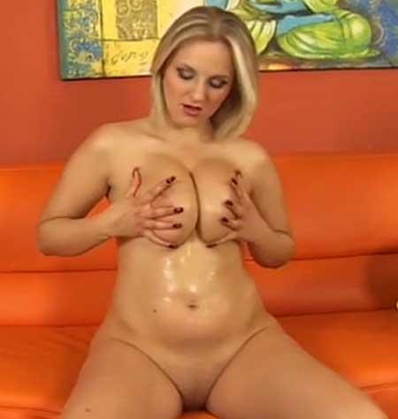 Blonde Tittenschönheit bei Selbstbefriedigung